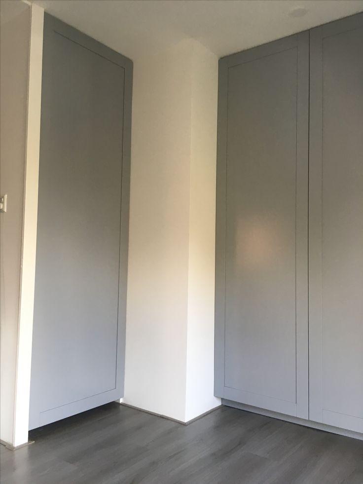 Woning, Ridderkerk. Kledingkast onderschuindak. Paneel deuren gespoten in een grijs tint. Interieur voorzien van legplanken en roeden.   #zonderdetailsgeengeheel #meubelmakerij #projecten#Renovatie #maatwerk #ontwerp #berkaprojects #berka #projects #meubels #eiken #spuitwerk #opbergkasten #eettafel #keukens #vuren #eiken #beuken #berken #interiordesign #interieur #interior #kitchen #interieurstyling #furniture #luxury #luxury #design #interior #interiordesign