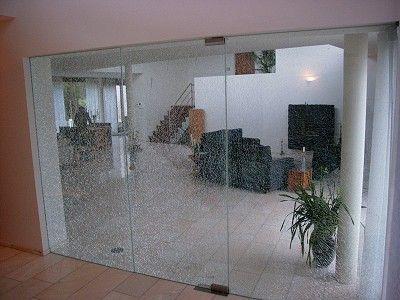 Glazendeur uitgevoerd in gelaagd veiligheidsglas waarbij de middelste glasplaat is gebroken