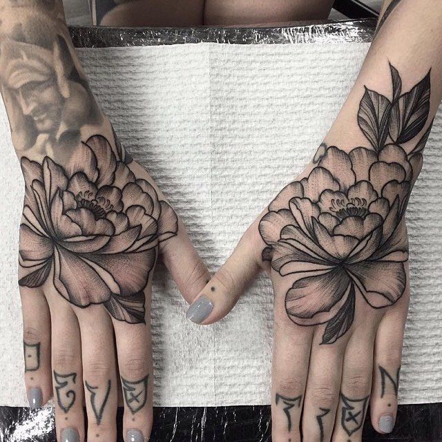 Love these gorgeous hand #tattoos by @sharna_lee_turner who is always creating fantastic work at Voodooink in Melbourne, Australia. Check out Sharna's page for loads of outstanding #blackwork treasures. Viva la Creativity!