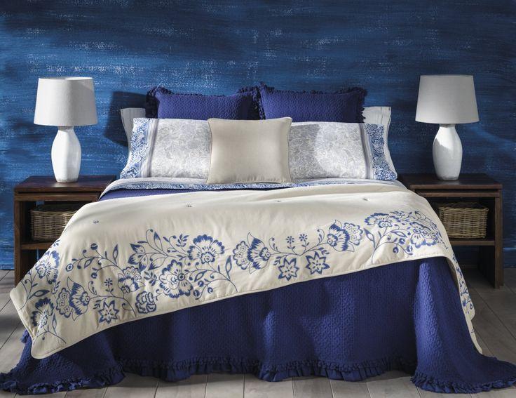Um ambiente sugestivo e relaxado, combinando texturas naturais como linho, seda ou algodão com cores terra, azul índigo e preto como contraponto.