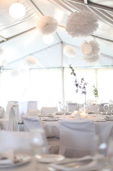 Pompons e lanternas japonesas penduradas no teto, assim como no nosso casamento!