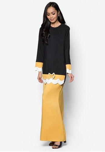 Baju Kurung Modern from Gene Martino in Black and Yellow Gene Martino wants to make sure you look good when the occasion calls for traditional wear. Simple and feminine, this loose-fitting colourblocked design does so much for you with so little. A good purchase, we must say. Top - Polyester - Rou... #bajukurung #bajukurungmoden