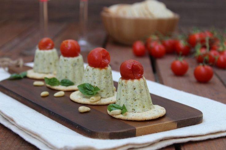 Panna cotta salata al pesto e pomodori sono dei FINGER FOOD, da servire nel periodo estivo, freschi e veloci da fare, con i quali stupirete i vostri ospiti.