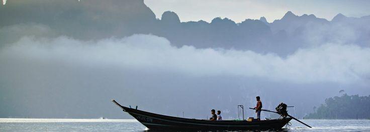 Surat Thani Surat Thani ist nicht nur die flächenmäßig größte Provinz Thailands, sondern auch die gleichnamige Hauptstadt. Ihr eilt der Ruf voraus, nicht viel mehr als eine Umsteigemöglichkeit auf dem Weg zu den berühmten Inseln im Golf von Thailand wie Koh Samui zu sein – doch manchmal lohnt es sich, genauer hinzusehen.  Anreise     Tipps    Sehenswürdigkeiten     Reisezeit    Hotels         Individual Reise     Kontakt