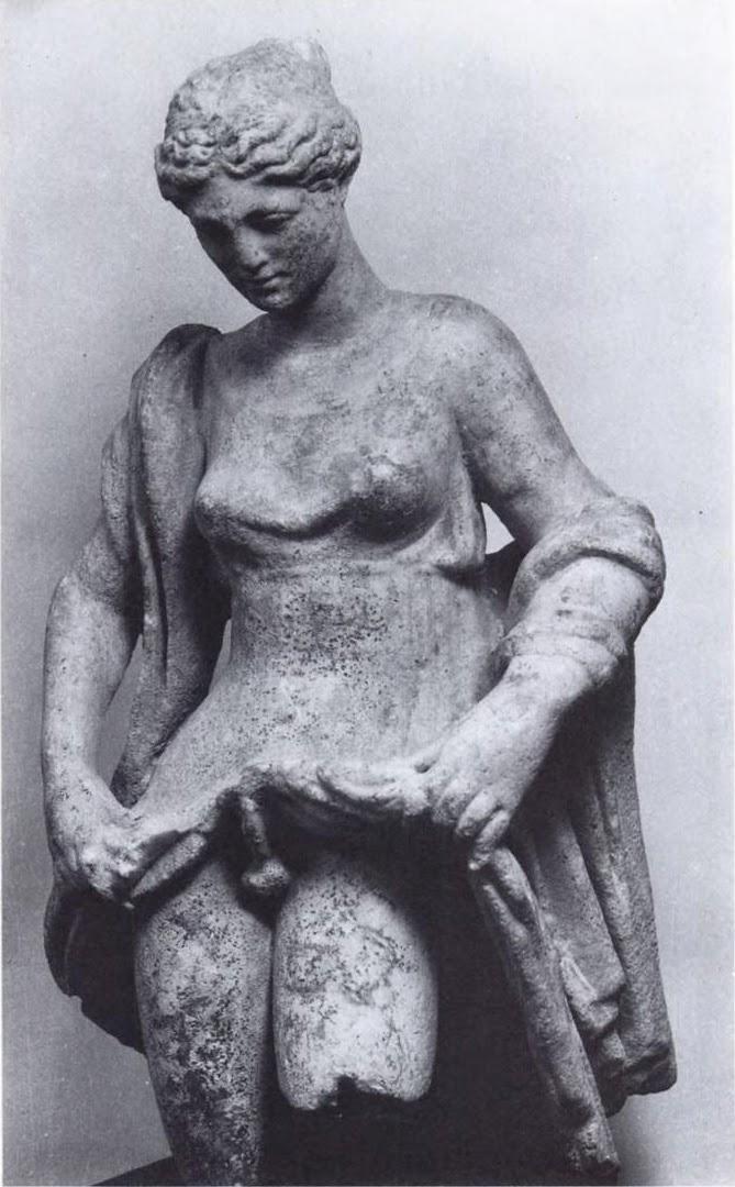 Иногда её (или его?) изображали с бородой, а имя переиначивалось на мужской манер, превращаясь в «Афродитоса». Культ этого божества существовал в разных местах Греции, и на посвящённых ему фестивалях мужчины и женщины менялись одеждой и старались изобразить друг друга. Подробнее: http://www.anews.com/p/49431680/