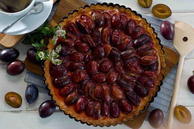 Tarta z budyniem i karmelizowanymi śliwkami #smacznastrona #przepisytesco #śliwki #tarta #budyń #deser #sweet #mniam
