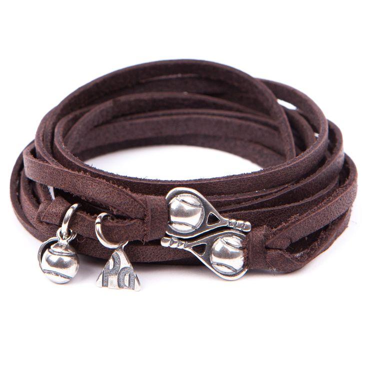 Pulsera Pádel Saque Alto. Pulsera cuatro vueltas de tiras en cuero de color marrón, con las insignias de PlataDePádel en plata de ley envejecida. Realizada por completo de manera artesanal en España.