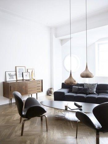 アンティーク風で、モダンな印象のインテリア。  黒の家具とナチュラルカラーの調度品がよく映えています。