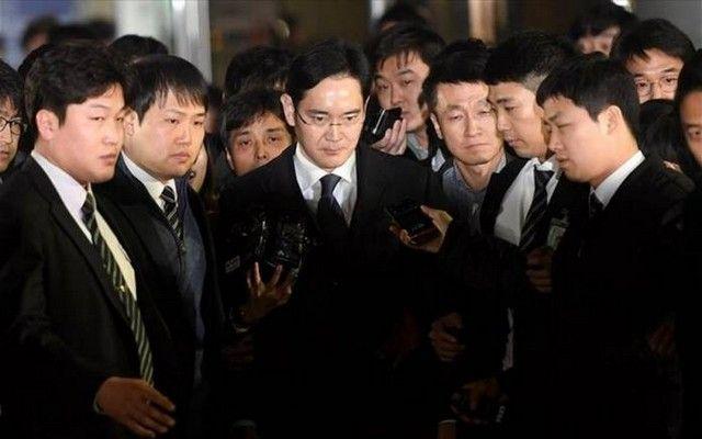 Στον ανακριτή ο «εγκέφαλος» της Samsung: Ο επικεφαλής του Samsung Group Τζέι Γιονγκ Λι συνελήφθη την Παρασκευή για τον φερόμενο ρόλο του…
