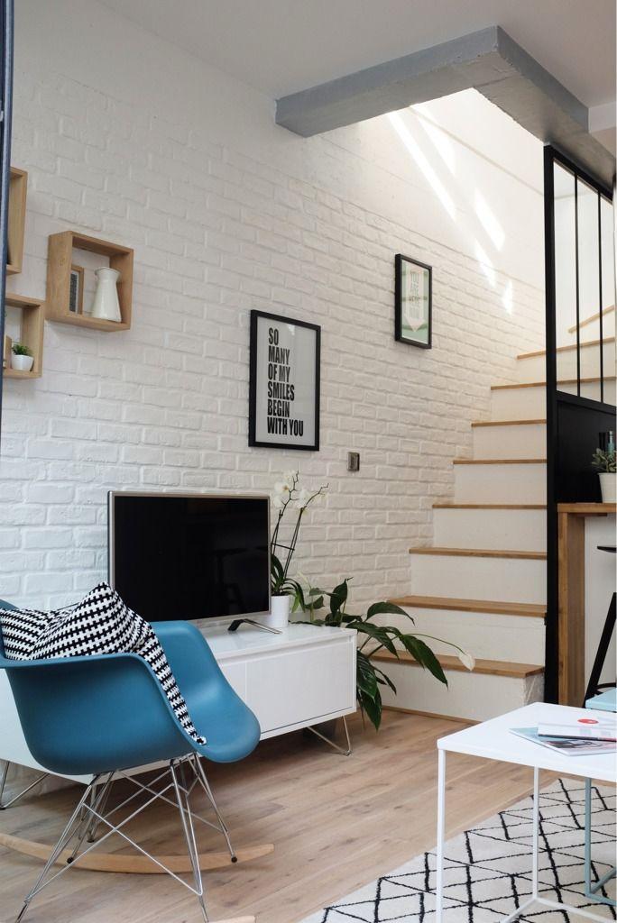 Стена отделанная под кирпич в гостиной и вдоль лестницы создает квартире модную ауру современного лофта.  (индустриальный,лофт,винтаж,стиль лофт,индустриальный стиль,современный,архитектура,дизайн,экстерьер,интерьер,дизайн интерьера,мебель,квартиры,апартаменты,маленький дом,гостиная,дизайн гостиной,интерьер гостиной,мебель для гостиной,кухня,дизайн кухни,интерьер кухни,кухонная мебель,мебель для кухни,столовая,дизайн столовой,интерьер столовой,мебель для столовой) .