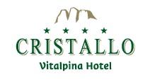 HERZLICH WILLKOMMEN  im Hotel Cristallo in Toblach    Unser 4**** Hotel in Toblach liegt im Zentrum des ruhigen Dorfes in den Dolomiten auf 1.259 m Frischlufthöhe. Die zwei Naturparks Drei Zinnen und Fanes Sennes Prags begrüßen Sie täglich mit einer herrlichen Aussicht auf das bizarre Kalkgebirge. Hier bei uns erleben Sie natürliche Vielfalt mit unzähligen Aktivmöglichkeiten.