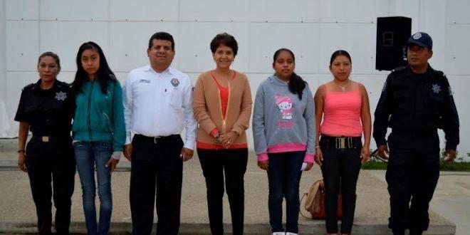 Oaxaca Digital | Becarias de la policía estatal reciben útiles y uniformes escolares