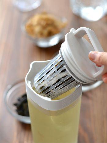 使用する容器は何でもOKですが、使い勝手がいいのは、麦茶ポットのようにポケットがついているもの。また、かつお節や煮干しの細かいカスが気になる方は、お茶パックが便利です。