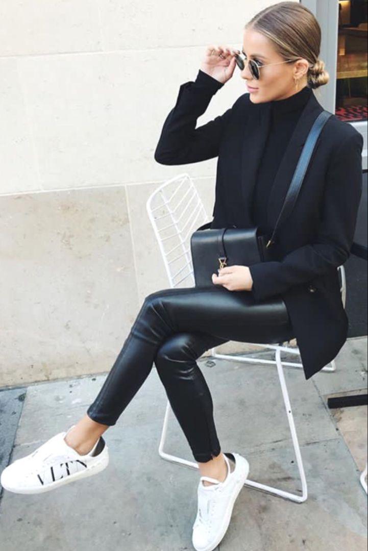 Herbst- / Wintermode für Damen mit Kunstlederhose, schwarzem Rollkragenpullover, schwarzer Blazerjacke und Sneakers