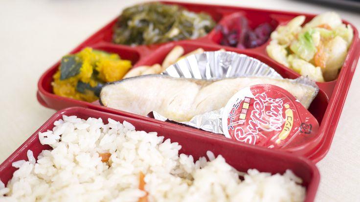 トマトランチ:鮭の塩焼きと鶏五目ご飯です♬