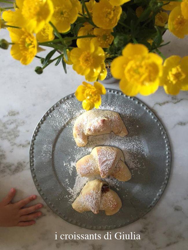 E questi sono i croissants di Giulia! Sì, proprio quelli di pagina 22... in compagnia di un bellissimo mazzo di fiori, e di una manina che timidamente fa capolino nella foto. Evviva le brioches, evviva i fiori, evviva le case piene di bambini! E già che ci siamo: evviva anche i libri di cucina! #quifragoleamerenda