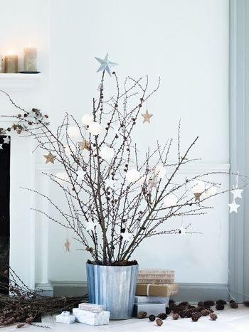 こちらのように大ぶりの枝を器に挿すと、素敵なクリスマスツリーに大変身!オーナメントをシックな色で統一すると、お部屋が一気に大人かわいい空間に。存在感抜群なので、玄関のディスプレイにもおすすめです☆