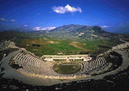 Segesta, Il teatro. Il bellissimo panorama alle spalle della buca di scena faceva da sfondo