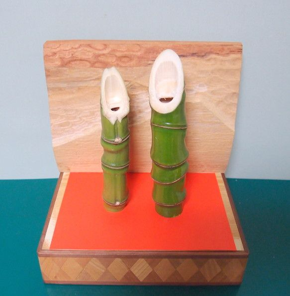 正月飾り、結婚祝い、雛飾り、長寿ご夫婦へのお祝いなどに。笑い竹は葉書入れサイズの箱の中に収まります。箱は寄せ木細工、蓋はケヤキ製で、富士山を彫刻してあります。|ハンドメイド、手作り、手仕事品の通販・販売・購入ならCreema。