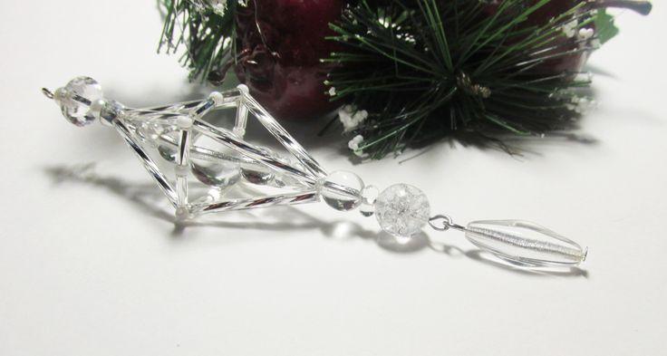Vánoční ozdoba _ Vřeténko bílostříbrné Vánoční ozdoba . Použity kroucené tyčky , tyčky,bílé perličky,bílé korálky. Délka cca 12cm.Vhodné k zavěšení na stromeček , na větvičku. Krásný dárek :D