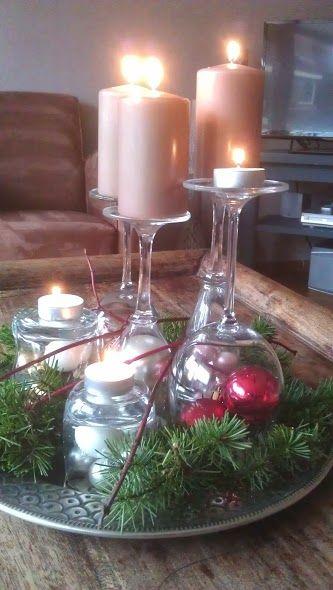 Simpele kerstversiering. Benodigdheden; kerstgroen wijnglazen kerstballen kaarsen
