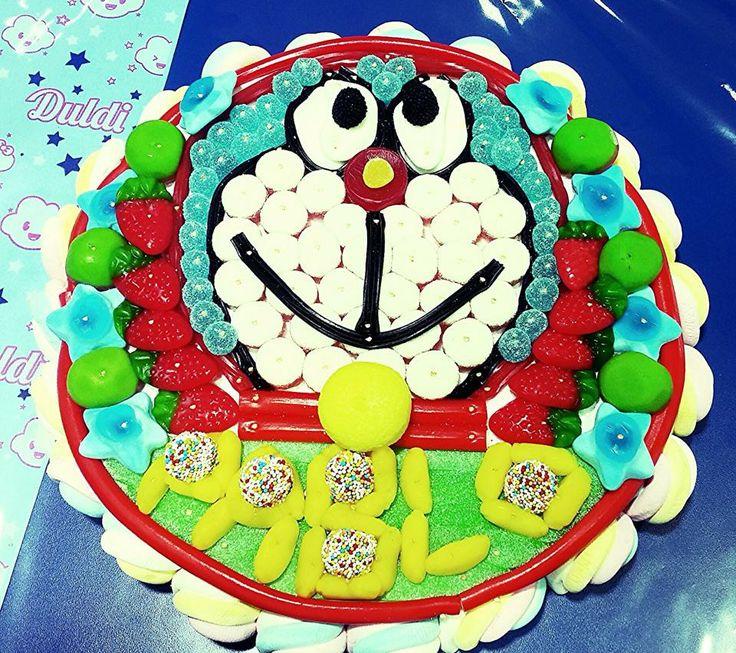Hecho por Duldi Ciutadella. Esta magnífica tarta Doraemon que nos recuerda las locas y  divertidas aventuras de Doraemon y Nobita.