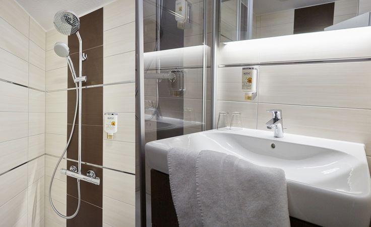 Jedes Zimmer verfügt über ein eigenes Bad mit Dusche und WC, sowie Fön.