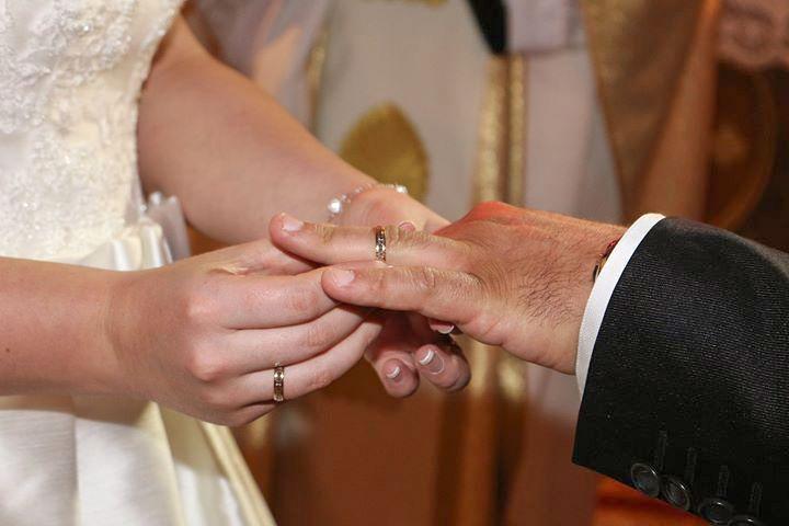El momento más especial, el intercambio de anillos de boda. Esmeralda e Iván eligieron alianzas Argyor.