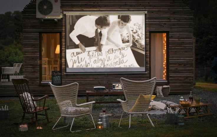 Mach aus dem Abend vor der Glotze eine Filmnacht! Hier u. a. mit HÖGSTEN Armlehnstuhl für draußen in Weiß