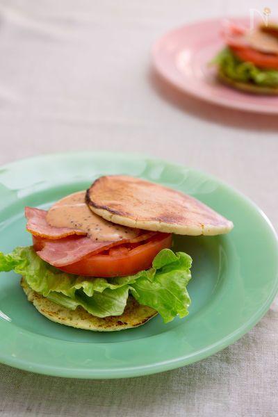 """ホットBLTサンドの「ホット」はホットサンドの意味もありますが、""""ホットケーキ""""の意味もあります。冷凍の北海道ホットケーキを使ったBLTサンド。ホットケーキの甘さにベーコンとソースの塩気がマッチ♪野菜もたっぷり食べれちゃうホットケーキの食べ方です。ハンバーガーみたいに紙で包んでお弁当にもどうぞ!"""