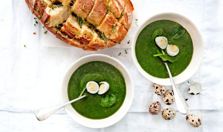 groene aspergesoep met spinazie en knoflook-kaasbrood