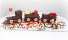 Tren de chocolate con chucherias!! Siempre puedes recortar bizcochos en forma rectangular y usar filipinos o donetes como ruedas.