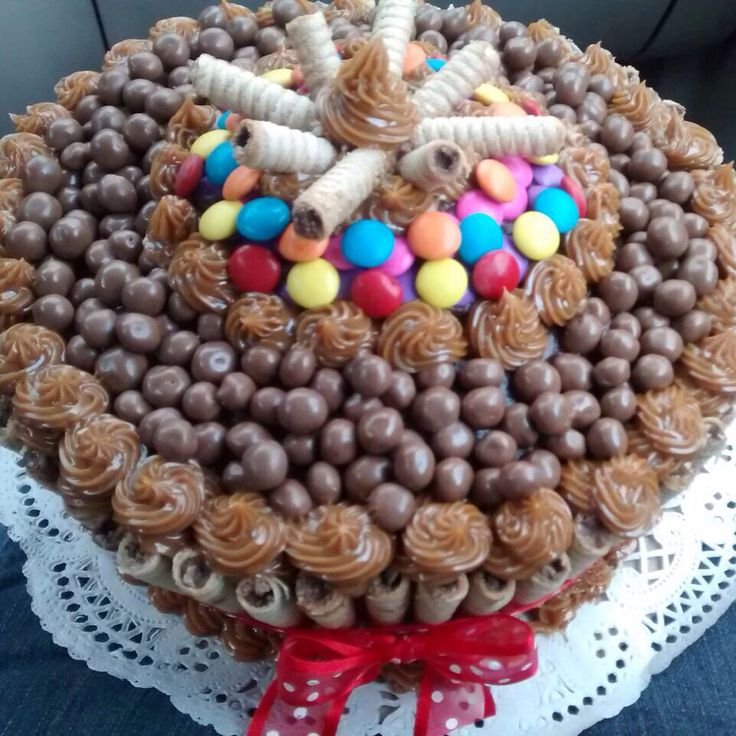 Torta de chocolate decorada con arequipe, pirulin, Ping pong y dandy