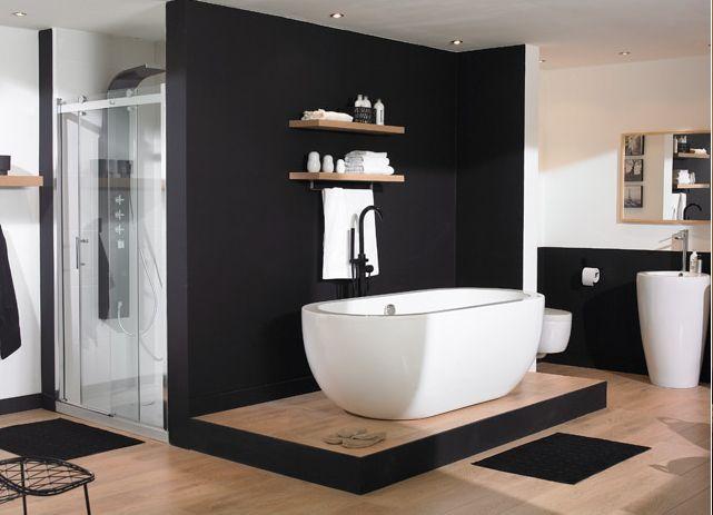 Une salle de bain en noir et blanc