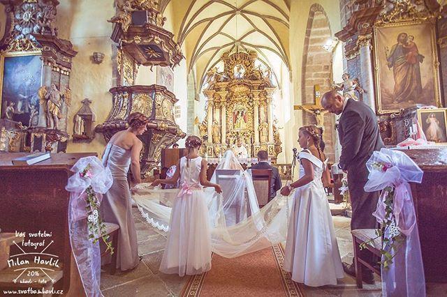 Netradičně v pondělí jsem se vydal fotit svatbu Andree a Romanovi do kostela v Trhových Svinech. Co Vám budu povídat... Ten závoj byl fakt dlouhej.  #svatba #wedding #svatebnifoto #weddingphoto #svatebnifotograf #weddingphotographer #czechwedding #czech #czechphotographer #czechweddingphotographer #nevesta #zenich #trhovesviny #kostel #zavoj #dlouhejzavoj #dlouhyzavoj #druzicky #svatbavkostele #mamsvojipracirad #fotiltomilan  Více svatebních fotek najdete na: www.instagram.com/mhavlifoto