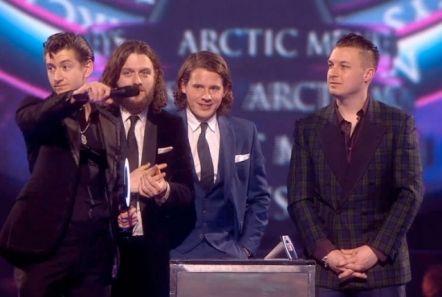 Alex Turner defiende el rock & roll en su discurso de aceptación de los Brit Awards 2014 « Rolling Stone
