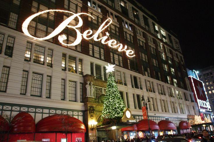 """A New York è tradizione che, per il periodo natalizio, tutti i negozi si preparino per le feste indossando il loro """"vestito"""" migliore e realizzando addobbi e atmosfere degne dei migliori film di Natale. Su tutti svetta, inconfondibile e imperdibile, il più grande centro commerciale del mondo, Macy's a Herald Square che si estende su una superficie di 930 ettari, occupando un intero isolato."""