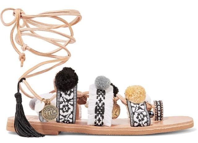 Alliances naturelles de cuir et de peaux, charme folk, accent artisanal ou touches plastiques pop… Quand les effets bruts s'acoquinent d'une sophistication couture, les sandales de l'été en voient toutes les couleurs...