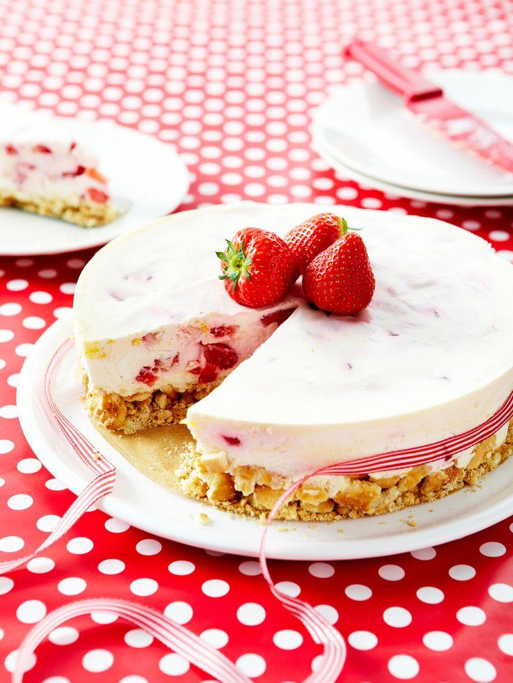 Frischkäsekuchen mit Erdbeeren | Zeit: 45 Min. | http://eatsmarter.de/rezepte/frischkaesekuchen-mit-erdbeeren