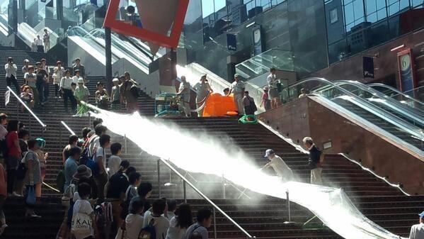京都駅の大階段で日本最速の流しそうめんに挑戦するも、もはや流しではなく飛ばしとの意見多数! - Togetterまとめ