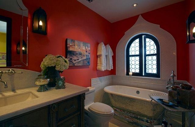 rote Wandfarbe im Bad-laternenlichter-marokkanischen Hauch verleihen