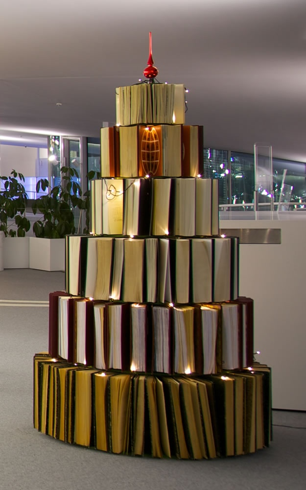 Book Tree (2010) at the EPFL Library in the Rolex Learning Center (http://rolexlearningcenter.epfl.ch/) in Switzerland. [ #books #christmas #installation #library #sculpture #tree ]