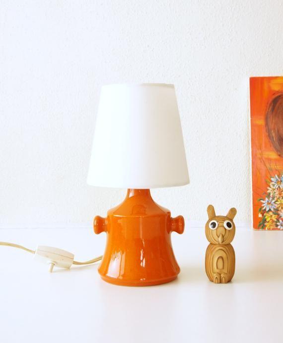 Oranje Mid Century Tafellamp Witte Schaduw Vintage Aardewerk In 2020 Mid Century Table Lamp White Table Lamp Mid Century Table