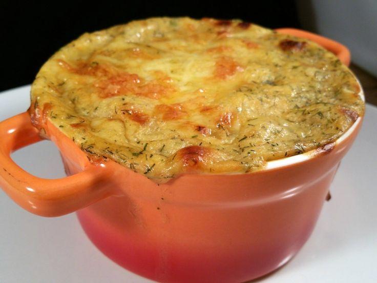 Snijd de uien in blokjes, de lente uitjes en de prei in ringetjes, de bieslook en de knoflook fijn.  Scheur de kabeljauw filets in stukjes.  Maak de witte w