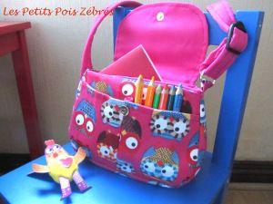 Patron gratuit sac bandoulière pour enfant rose à motifs petites chouettes et sa bandouliere réglable