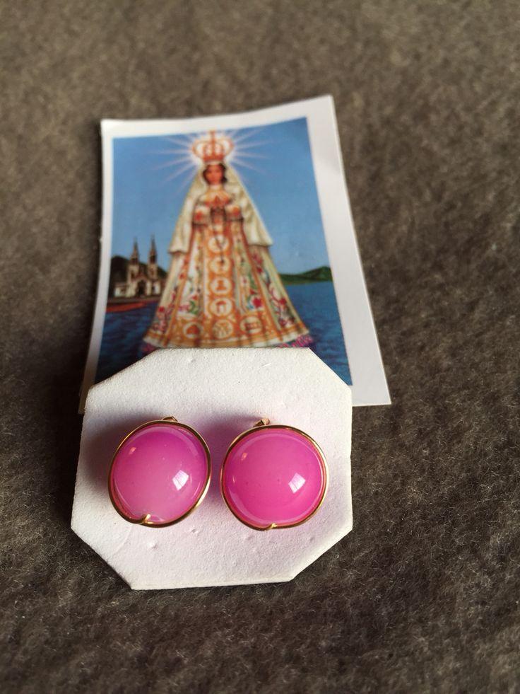 Aros de piedra rosada con hilo de oro lamido.  Hecho por artesanos de la Isla de Margarita - Venezuela  Disponible para la venta