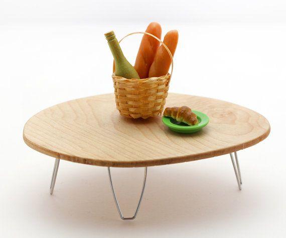 Una encantadora mesa de forma mod / atómica / libre en forma de miniatura hecha de madera de arce sostenible desde una granja en Wisconsin. ¡Esta tabla en forma orgánica es llamativo y elegante! Las patas de la horquilla están hechas de alambre de acero inoxidable, tiene arena a suavidad y recubierto con polietileno brillante. Ideal para cualquier habitación de miniatura que necesita algo especial. Esta tabla es aproximadamente 4 largo, 3 de ancho y 1 de altura. Esta pieza funcion...