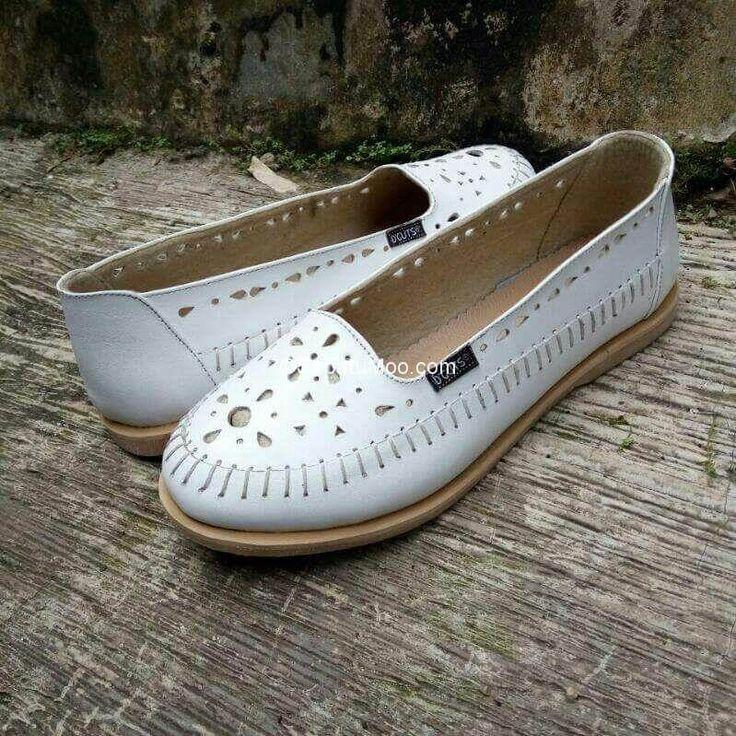 Sepatu Flat Kulit Wanita Larasati Warna Putih Sepatu