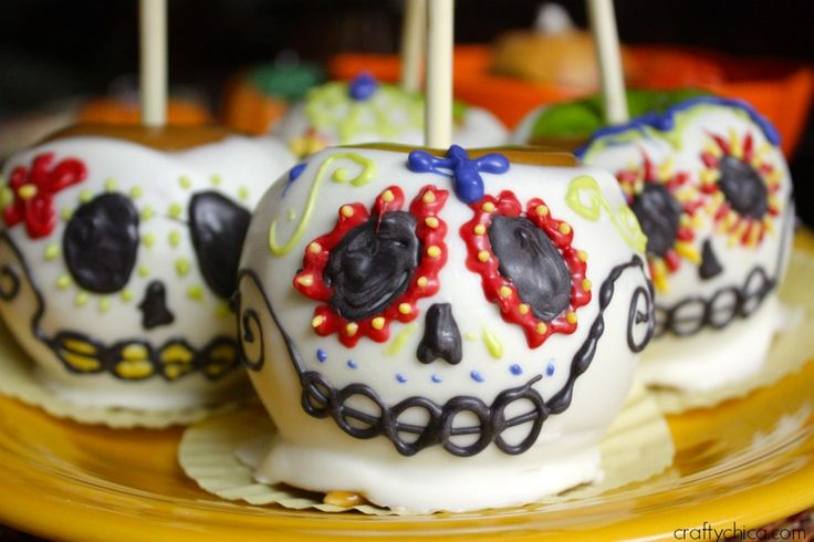 Sugar skull candied apples! Cute and perfect for a Dia de los Muertos party! 25 Day of the Dead Recipes To Die For!