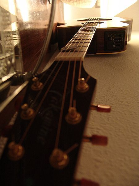 Si te atrae el mundo de la guitarra pero aún no te has atrevido a aprender a tocarla, aquí te traemos la forma perfecta para que comiences a dar los primerospasos con los acordes. ¿A quién va diri...